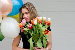 Mädchen mit Blumenstrauß der Tulpen Stockfoto