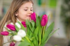 Mädchen mit Blumenstrauß von Frühlingsblumen Lizenzfreies Stockbild