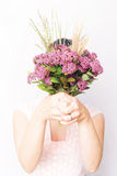Mädchen mit Blumenstrauß von rosa Feldblumen Lizenzfreie Stockbilder