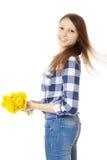 Mädchen mit Blumenstraußgelb Wildflowers. Jugendliche in den Jeans und in einem karierten Hemd, einen Blumenstrauß des Löwenzahns  Stockbilder