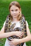 Mädchen mit Boa constrictor stockfotos