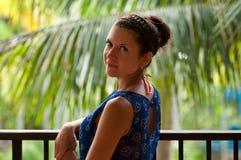 Mädchen mit Bortenfrisur steht auf dem Balkon lizenzfreie stockfotografie