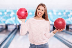 Mädchen mit Bowlingkugeln Stockfotos