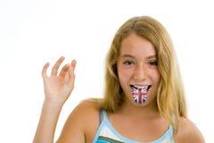Mädchen mit britischer Markierungsfahne auf Zunge Stockfotos