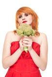 Mädchen mit Brokkoli im roten Kleid getrennt Stockbild