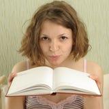 Mädchen mit Buch Lizenzfreie Stockbilder
