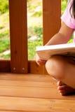 Mädchen mit Buch Stockfotografie