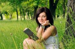 Mädchen mit Buch Stockfoto