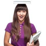 Mädchen mit Buch auf Kopf Stockfoto