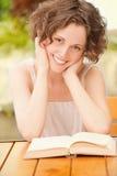 Mädchen mit Buch draußen Stockbilder