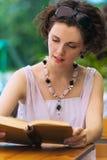 Mädchen mit Buch draußen Stockbild