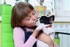 Mädchen mit Bulldoggenwelpen Stockbild