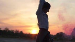 Mädchen mit bunten Feuerwerken und Sonnenuntergang stock video
