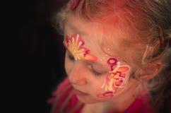 Mädchen mit bunter Gesichtmalerei Lizenzfreies Stockbild
