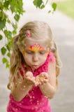 Mädchen mit bunter Gesichtmalerei Lizenzfreie Stockfotografie