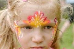 Mädchen mit bunter Gesichtmalerei Lizenzfreie Stockfotos