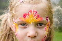 Mädchen mit bunter Gesichtmalerei Lizenzfreies Stockfoto