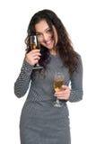 Mädchen mit Champagnerglasschönheitsporträt, kariertes Schwarzweiss-Kleid, langes gelocktes Haar, Zauberkonzept, lokalisiert auf  Stockfotografie