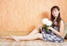 Mädchen mit Chrysanthemeblume stockbilder