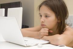 Mädchen mit Computer Stockfotografie