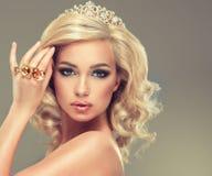Mädchen mit dem blonden gelockten Haar mit große Ringe Stockfotografie