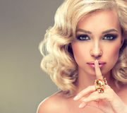 Mädchen mit dem blonden gelockten Haar mit große Ringe Lizenzfreies Stockfoto
