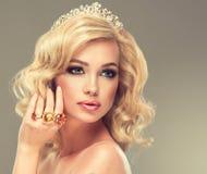 Mädchen mit dem blonden gelockten Haar mit große Ringe Stockfotos