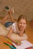 Mädchen mit dem blonden Haar zeichnet Stockfoto
