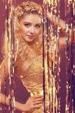 Mädchen mit dem blonden lockigen Haar Stockfoto