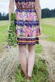 Mädchen mit dem Blumenstrauß, der zurück steht Stockfotos