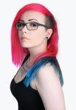 Mädchen mit dem bunten Haar und den Gläsern stockbilder