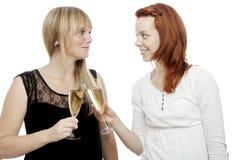Mädchen mit dem Champagner mit zwei Gläsern Stockfoto
