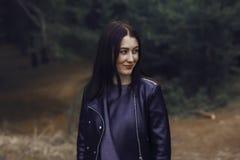 Mädchen mit dem dunklen Haar im Wald Stockbilder