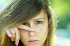 Mädchen mit dem Finger auf Nase Lizenzfreie Stockfotos