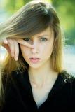 Mädchen mit dem Finger auf Nase Lizenzfreies Stockfoto