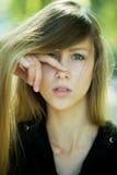 Mädchen mit dem Finger auf Nase Lizenzfreie Stockbilder