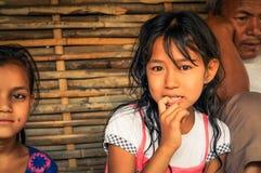 Mädchen mit dem Finger im Mund in Nepal Lizenzfreie Stockbilder