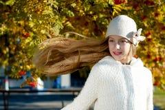 Mädchen mit dem Flugwesen-Haar Stockfotografie