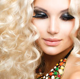 Mädchen mit dem gelockten blonden Haar Stockfotos