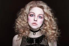 Mädchen mit dem gelockten Haar und weißer Wimperntusche Stockfotografie