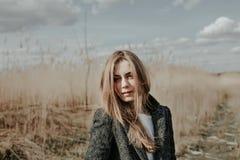 Mädchen mit dem Gesicht bedeckt durch ihr blondes Haar Lizenzfreie Stockbilder