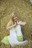 Mädchen mit dem goldenen Haar auf dem Gebiet Stockfoto