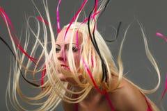 Mädchen mit dem großen fly-away Haar Stockfotografie