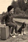 Mädchen mit dem Hund Retro- Stockfoto