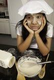 Mädchen mit dem Kochen von Verwirrung. lizenzfreies stockbild