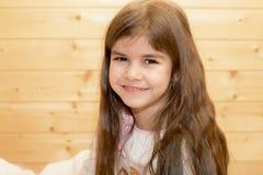 Mädchen mit dem langen flüssigen Haar lizenzfreies stockfoto