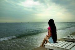 Mädchen mit dem langen Haar auf dem Strand lizenzfreie stockbilder
