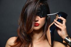 Mädchen mit dem langen Haar, den roten Lippen und Schmuck von den Armbändern von schwarzen Stöckelschuhen setzte die Ferse zu  lizenzfreie stockbilder