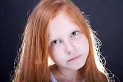 Mädchen mit dem langen roten Haar stockbild