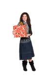 Mädchen mit dem lockigen Haar mit einem großen Geschenk stockfotografie